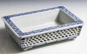 Rechteckige Schale, China, Porzellan, Blau-Weiß-Malerei, über 4 flachen Füßen rechteckigeSchale