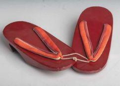 Paar Geta-Schuhe, Japan, wohl 1. Hälfte 20. Jahrhundert, Holz, Rotlack, mit Zehensteg ausStoff. L.
