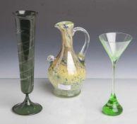 Konvolut von 2 Gläsern u. 1 Kanne: Pokal, Entwurf Heinz Kalb (geb. 1943), grünes Glas,