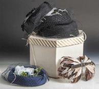 Damenhüte, New York, Designerstücke, 1. Hälfte 20. Jahrhundert, mit Behältnis.
