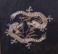 Seidenstickarbeit, China, 1. Hälfte 20. Jahrhundert, zwei Drachen in feinerGoldstickarbeit auf