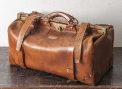 Große lederne Reisetasche, 1. Hälfte 20. Jahrh., Herst. Logo innen: A. Varda Torino,aussen