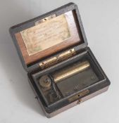 Kleine Spieluhr, wohl 2. Hälfte 19. Jahrhundert, Federwerk, elegantes Holzkästchen ausversch.