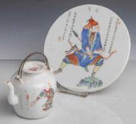 2 Teile Porzellan: Wandbild und Teekanne, China, Mitte 19. Jahrhundert, m. polychromerMalerei, das