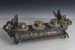 Schreibtischaufsatz, im klassizistischen Stil, aus Bronze gearb., 2 Ablagemulden fürSchreibzeug,