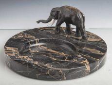 Art-Déco-Schale, um 1920, runde Schale aus schwarzem Marmor mit aufgesetztervollplastischer
