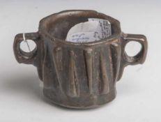 Flügelmörser, Persien, wohl 14./15. Jahrhundert, Bronze, schöne alte Patina, mit je Seite6