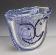 Vase, Studioglas, farbloses dickwandiges Glas, ovale, sich nach oben öffnende Grundform.Geschweifter
