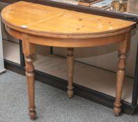 Demi-Lune-Tisch, Klapptisch, Rheinhessen/Mainz, um 1830, Nadelholz, Schellack poliert. DM.ca. 110
