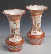 Ein Paar Vasen in Trompetenform (wohl Japan, um 1900, wohl Kutani), bemalt in Eisenrot,Gold u. wenig