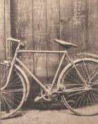 """Schnegge, Matthias, """"Altes Fahrrad"""", Fotografie, ca. 20 x 16 cm, Platinabzug, hinter Glasgerahmt."""