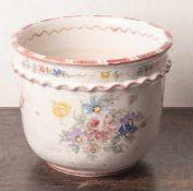 Großer Cachepot, Ulmer Keramik, hellgrauer Scherben, weiß glasiert, mit polychromerBlumenmalerei.