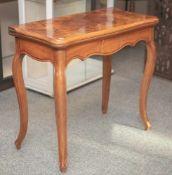 Spieltisch, Louis Philippe um 1870/80, Nußbaum/Nußwurzel, furniert, geschweiftausgestellte Beine. H.