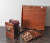 Alte Holzplattenkamera, 19. Jahrh., aus edlem Teakholz gearb., Objektiv bez. Steiheil inMünchen
