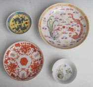 4 verschiedene Teller, China, 18. und 19. Jahrhundert, Porzellan, m. polychromerEmail-Malerei, DM.
