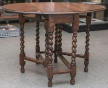 Englischer Gateleg-Tisch (um 1900), Eichenholz, runde von re. u. li. klappbare Platte,ausdrehbare
