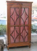 Biedermeier-Bücherschrank (um 1900), Kirschholz, geschwärzte u. symmetrisch zulaufendeArabesken-