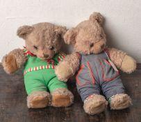 Zwei Teddybären, Steiff (20. Jahrhundert), bekleidet, H. ca. je 37 cm. Gebrauchsspuren.- - -21.