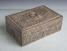 Schwere Zigarrendose aus Silber (Region Siam, wohl Anfang 20. Jahrhundert), reliefartigesDekor in