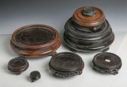 Konvolut von 12 Vasenuntersetzern (China / Japan, 20. Jahrhundert), Holz, teils m.