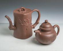 2 Teekannen aus Ton (Anf./Mitte 20. Jahrhundert), unglasiert, beide m. Bogenhenkel u.Deckeln,