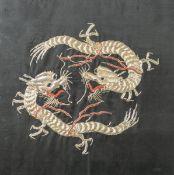 Seidenstickarbeit (China, wohl 1. Hälfte 20. Jahrhundert), zwei Drachen in feinerGoldstickarbeit auf