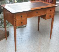 Kl. Biedermeier-Schreibtisch (um 1900), Kirschholz, Zarge m. 5 Schubladen, mittlereSchublade