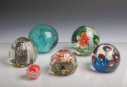 6 Glaskugeln bzw. Briefbeschwerer (wohl 20. Jahrhundert), florales Dekor, teils m.gezogenen