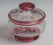 Gläserne Deckeldose (Bohemian), Tier- und Landschaftsdarstellung, farbloses Glas, rosé-