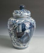 Deckelvase aus Keramik/Steingut (Delft), us. sign., Blaumalerei auf hellgrauem Fond, vs.