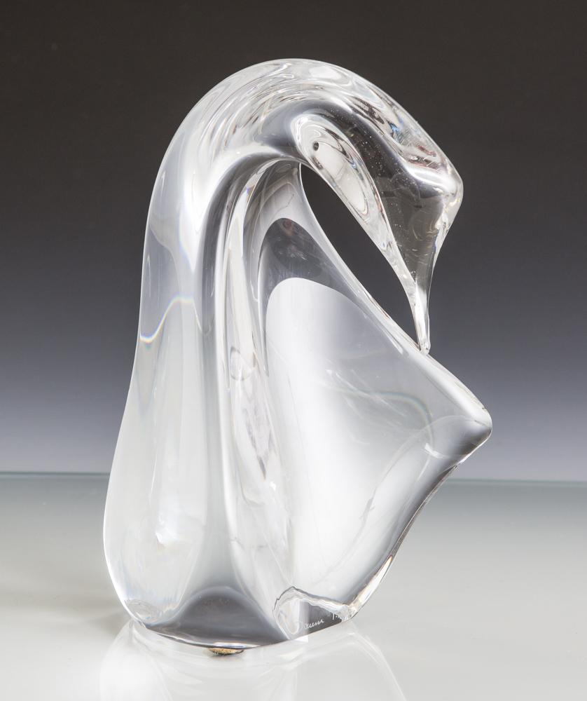 "Lot 1 - Glasfigur ""Schwan"", Daum, Frankreich, Kristallglas, unten mit Ritzsignatur. H. ca. 17,5cm.- - -21.00"