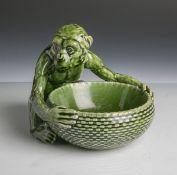 Keramikschale (Villeroy u. Boch, braune Unterbodenmarke, um 1900), die Schale von einemsitzenden