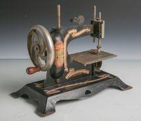 """Kindernähmaschine """"Diana"""" (1920er Jahre), Stahlblech, schwarz emaill., m. farbigem Dekor,"""