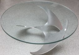 Sofatisch (1970er Jahre), Alluminium Unterbau in Form eines Propellers m. runderGlasplatte, Dm.