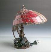 Tischleuchte im Stil des Jugendstils (neuzeitlich), Fuß in figürlicher Form, einemuschelförmige