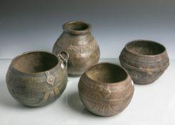 4 Bronzegefäße (wohl Afrika, 19./20. Jahrhundert), m. aufwändigem Dekor, davon 1xbeschriftet, Dm.