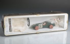 Kl. Wandvitrine m. Rennauto (20. Jahrhundert), Holzmodell eines Rennautos m. Startflaggeu. Werkzeug,