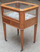 Kleine Tischvitrine (wohl 1. Hälfte 19. Jahrhundert), rechteckige Grundform, vier sichkonisch nach