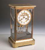 Kaminuhr (Hersteller Ratel, Paris, 19. Jahrhundert), Messinggehäuse mit vierSeitenverglasungen, 8-