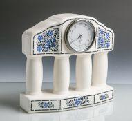 Uhrgehäuse aus Keramik (20. Jahrhundert), in Form einer Kolonnade m. 4 Säulenausgearbeitet,
