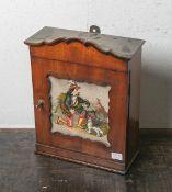 Wandhängeschränckchen für Schlüssel (Biedermeier, 1. Hälfte 19. Jahrhundert), Kirschholzmit feiner