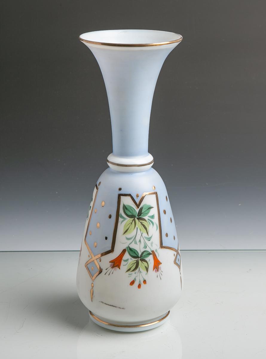 Lot 30 - Biedermeiervase (19. Jahrhundert), mattes Glas m. Blumendekor u. Goldstaffage, ovoideForm, Mündung