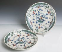 Zwei Fayenceteller (wohl 17./18. Jahrhundert), hell glasiertes Steinzeug, tief gemuldetemit leicht