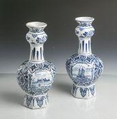 2 kl. Vasen (Delft, blaue Unterbodenmarke, 19. Jahrhundert), Bäuerliche Motive m.Blumendekor,