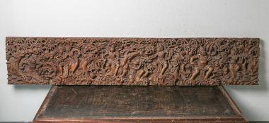 Aufwändige Reliefschnitzarbeit (wohl Indonesien), wohl Teakholz, Fries, göttlicheDarstellung m. 8