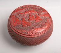Deckeldose (China, Ende 19. Jahrhundert), Cinnabarit, Landschaftstaffage m. sitzendenMännern in