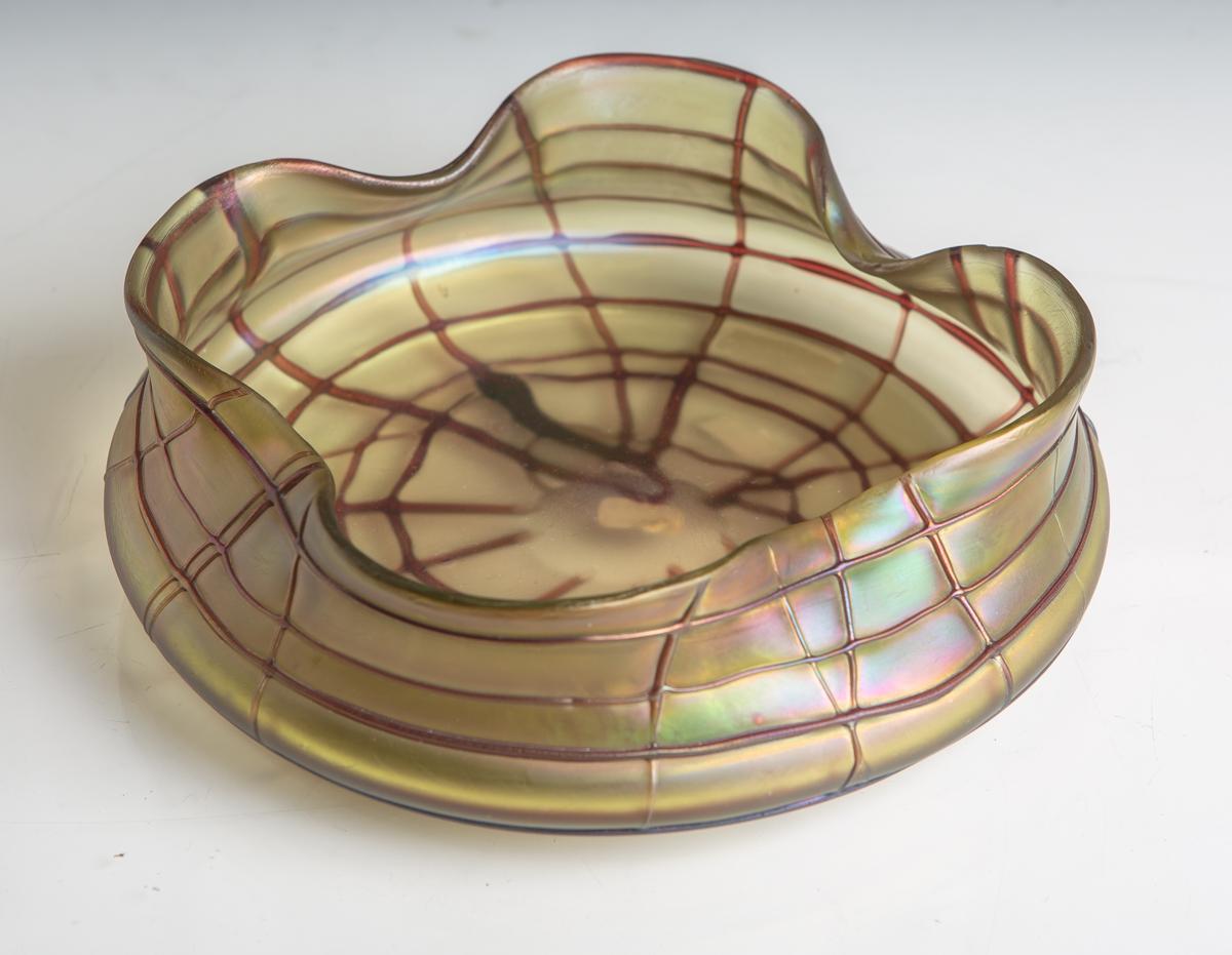 Lot 37 - Glasschale (Jugendstil, Palme König, um 1900), irisierendes Glas m. Fadenauflage,gewellter Rand, Dm.