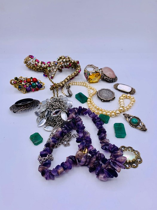 Lot 76 - A Selection of Costume jewellery.