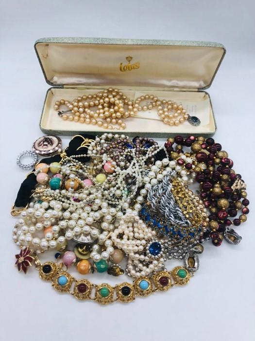 Lot 72 - A volume of Costume jewellery