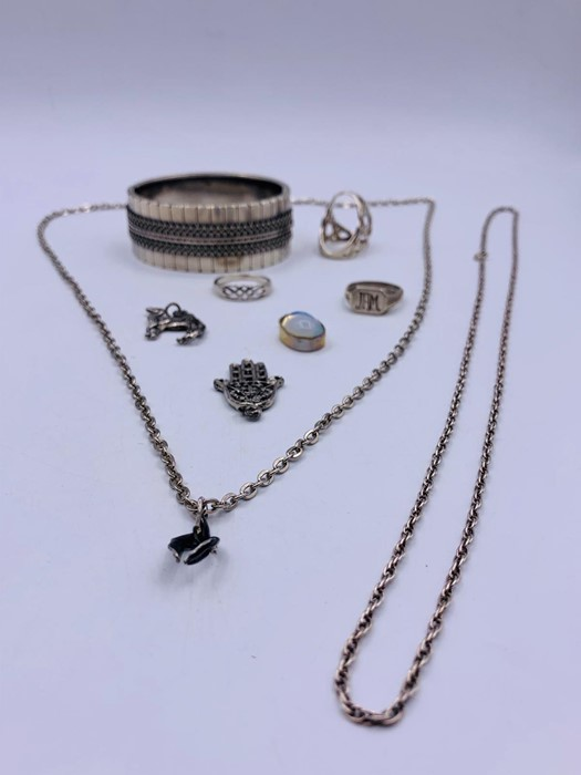 Lot 77 - A selection of silver jewellery